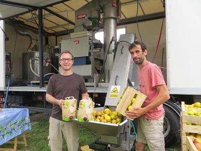 Les deux fondateurs de Mouvipress, pressoir mobile de fruits en Bretagne, Pays de la Loire et Normandie